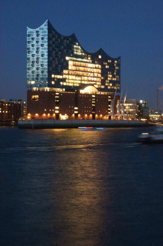 Elbphilharmonie bei Nacht mit Spiegelung