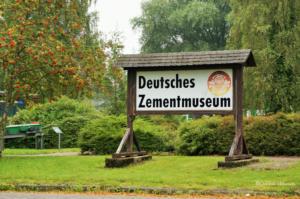 Hinweisschild Deutsches Zementmuseum