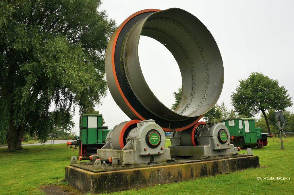Riesige Maschinen im Außengelände des Deutschen Zementmuseums