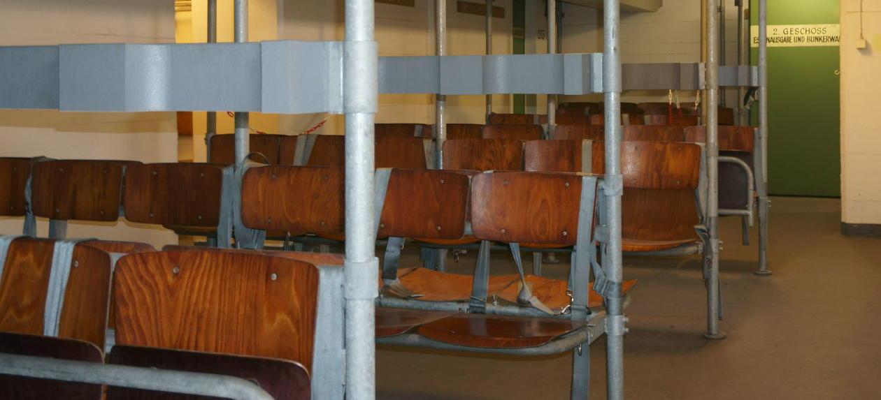 Sitzreihen im Atombunker unter dem Hauptbahnhof Hamburg